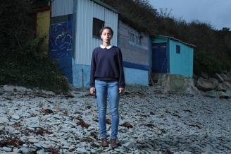 Solène, devant les cabanes de maison blanche.